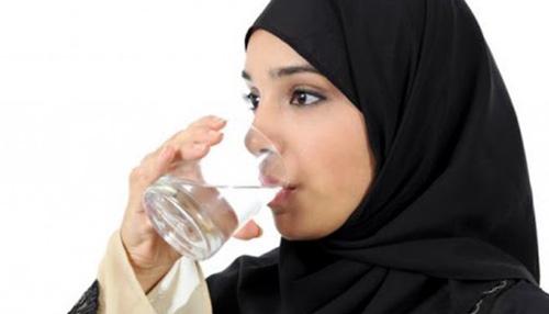 cara mengurangi keringat berlebih minum air putih