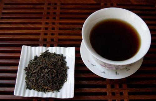 cara mengurangi keringat berlebih teh hitam
