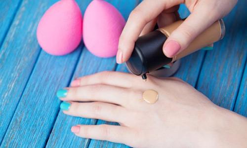 Menggunakan Sabun Khusus Makeup