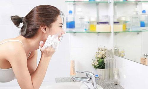 1. Bersihkan Wajah Sebelum Menggunakan Masker